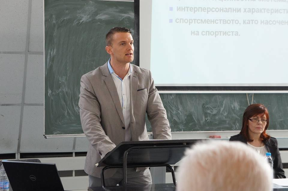 Иван Неделчев говори пред публика за фитнеса и културизма