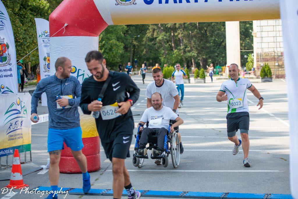 човек в количка бяга на Run2Gether България 2020